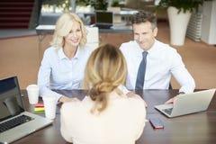 Fachowy bizneswoman konsultuje z jej klientami Fotografia Stock