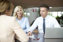 Fachowy bizneswoman konsultuje z jej klientami Obrazy Royalty Free