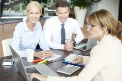 Fachowy bizneswoman konsultuje z jej klientami Fotografia Royalty Free