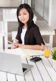 Fachowy bizneswomanu mienia ołówek Zdjęcia Royalty Free