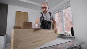 Fachowy cieśla ostrożnie pracuje z stronami drewno deska zbiory