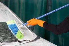 Fachowy cleaner myje samochód zdjęcia royalty free