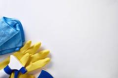 Fachowy cleaning wyposażenie na białym stołowym odgórnym widoku odizolowywającym Obrazy Stock