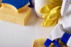 Fachowy cleaning wyposażenie na bielu stole wynosił widok Zdjęcia Stock