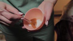 Fachowy cosmetologist dezynfekuje instrument z specjalnym rozwiązaniem Cosmetological innowacje zbiory wideo
