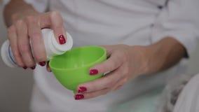 Fachowy cosmetologist dezynfekuje instrument z specjalnym rozwi?zaniem Cosmetological innowacje zbiory wideo
