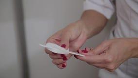 Fachowy cosmetologist dezynfekuje instrument z specjalnym rozwi?zaniem Cosmetological innowacje zbiory