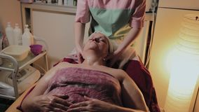 Fachowy cosmetologist robi masażowi starsza kobieta Cosmetological innowacje zbiory wideo