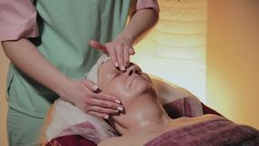 Fachowy cosmetologist robi masażowi starsza kobieta Cosmetological innowacje zdjęcie wideo