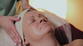 Fachowy cosmetologist robi masażowi starsza kobieta Cosmetological innowacje zbiory