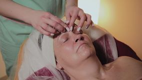 Fachowy cosmetologist robi masa?owi starsza kobieta Cosmetological innowacje zbiory wideo