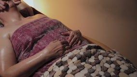 Fachowy cosmetologist robi masa?owi starsza kobieta Cosmetological innowacje zdjęcie wideo