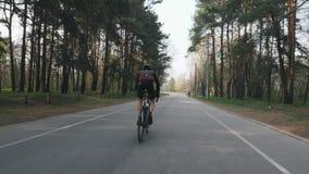 Fachowy cyklista biec sprintem z comberu w parku Kolarstwa szkolenie Kolarstwa poj?cie swobodny ruch zdjęcie wideo