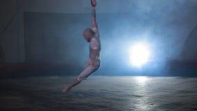 Fachowy cyrkowy wykonawca pokazuje wspania?ego wyczyn kaskaderskiego na scenie, dym woko?o zdjęcie wideo