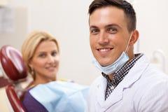 Fachowy dentysta pracuje przy jego stomatologiczną kliniką obraz royalty free