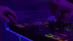 Fachowy dj wyposażenie dla mieszać i rejestru domowej muzyki na prywatkiej w noc klubie Zamyka w górę audio wyposażenia i zbiory