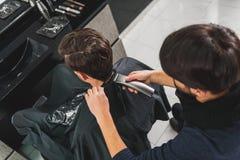 Fachowy fryzjer męski przechodzi uczesanie cążki Obrazy Stock