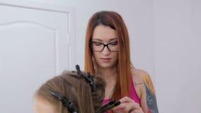 Fachowy fryzjer robi fryzurze dla dosyć nastoletniej dziewczyny - robić fryzuje zbiory wideo