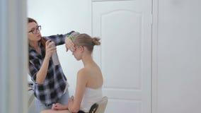 Fachowy fryzjer robi fryzurze dla nastoletniej dziewczyny zbiory
