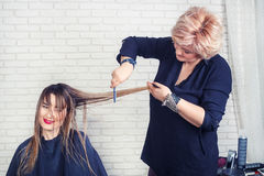 Fachowy fryzjer robi ostrzyżeniu Obrazy Royalty Free