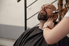 Fachowy fryzjer stosuje golenia parfum na klient skórze w zakładzie fryzjerskim i gel obraz royalty free