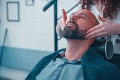 Fachowy fryzjer stosuje golenia parfum na klient skórze w zakładzie fryzjerskim i gel obrazy royalty free