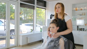 Fachowy fryzjer, stylista przygotowywa nastoletniej dziewczyny dla hairdress zbiory wideo