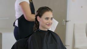 Fachowy fryzjer, stylista przygotowywa nastoletniej dziewczyny dla hairdress zdjęcie wideo