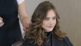 Fachowy fryzjer, stylista używa lakier do włosów dla nastoletniego dziewczyna włosy zbiory wideo