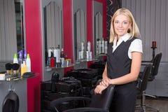 Fachowy fryzjer w piękno salonie Obrazy Royalty Free