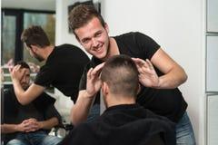 Fachowy fryzjer Z Krótkiego włosy modelem zdjęcia royalty free
