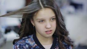 Fachowy fryzjera stylista fryzuje w górę nastoletniego dziewczyna włosy zbiory wideo