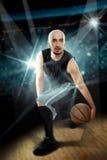 Fachowy gracz koszykówki w gemowych robi zwodach z th Obraz Stock