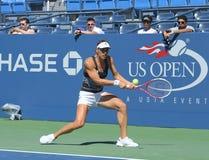 Fachowy gracz w tenisa Andrea Petkovic od Niemcy praktyk dla us open 2013 przy Billie Cajgowego królewiątka tenisa Krajowym centru Zdjęcie Stock