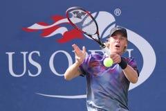 Fachowy gracz w tenisa Denis Shapovalov Kanada w akci podczas jego us open 2017 round dopasowania najpierw fotografia stock
