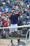 Fachowy gracz w tenisa John Isner Stany Zjednoczone świętuje zwycięstwo po drugi round dopasowania przy us open 2015 obrazy royalty free