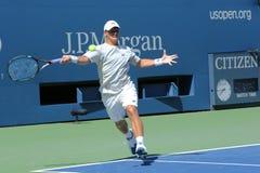 Fachowy gracz w tenisa Ricardas Berankis od Lithuania praktyk dla us open 2013 przy Billie Cajgowego królewiątka tenisa Krajowym c Fotografia Royalty Free