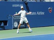 Fachowy gracz w tenisa Ricardas Berankis od Lithuania praktyk dla us open 2013 przy Billie Cajgowego królewiątka tenisa Krajowym c Fotografia Stock