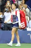 Fachowy gracz w tenisa Simona Halep Rumunia wchodzić do Arthur Ashe stadium przed jej us open 2017 round dopasowaniem najpierw zdjęcie stock