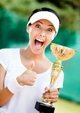 Fachowy gracz w tenisa wygrywał filiżankę Zdjęcie Stock