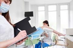 Fachowy gynecologist egzamininuje jej pacjenta obraz royalty free