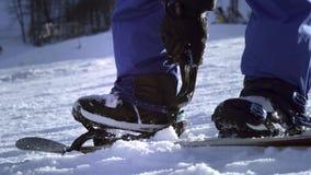 Fachowy jeździec stawia snowboard na jego ciekach Guzik skowy Dostawać gotowy narta lub snowboard Cieszy się zima sporty zdjęcie wideo