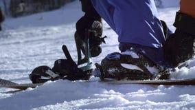 Fachowy jeździec stawia snowboard na jego ciekach Guzik skowy Dostawać gotowy narta lub snowboard Cieszy się zima sporty zbiory wideo