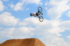 Fachowy jeździec przy MTB rywalizacją na drodze polnej przy LKXA sportów Barcelona Krańcowymi grami (góra Jechać na rowerze) Obrazy Royalty Free