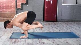 Fachowy joga mężczyzna robi rozciągania ćwiczeniu na podłodze przy mieszkaniem folował strzał zbiory