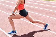 Fachowy jogger robi rozgrzewce na stadium fotografia royalty free
