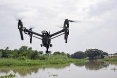 Fachowy kamera trutnia latanie na rzece i niebie fotografia stock