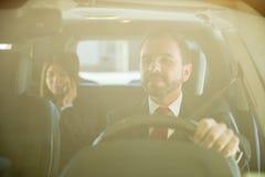 Fachowy kierowca z klientem Obraz Royalty Free