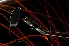Fachowy kondensatorowy pracowniany mikrofon na czarnym freezelight i tle Obraz Stock