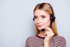 Fachowy konsultant od centrum telefonicznego słucha cli zdjęcia royalty free